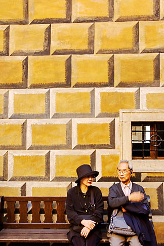 image 4-960-925 Czech Republic, Cesky Krumlov, Couple on bench at Krumlov Castle