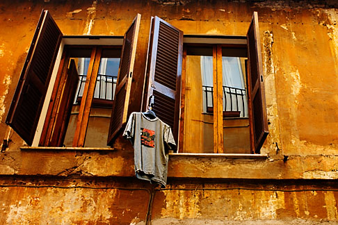 image S4-503-5583 Italy, Rome, Windows and laundry