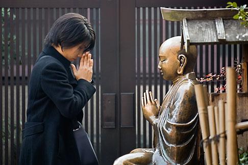 image 5-850-2003 Japan, Tokyo, Asakusa Kannon Temple, Woman praying