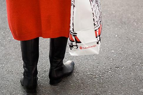 image 5-850-2726 Japan, Tokyo, Woman with shopping bag