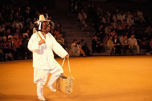 image 2-700-39 South Korea, Andong , Mask Dance Festival, Hahoe Pyolshingut Mask Dance