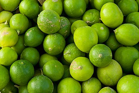 image 8-730-1814 Oman, Green limes for sale in market