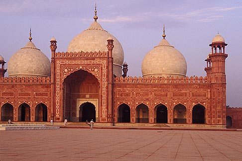 image 4-468-4 Pakistan, Lahore, Early morning, Badshahi Mosque