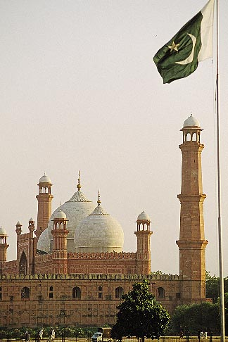 image 4-475-1 Pakistan, Lahore, Badshahi Mosque and Pakistan flag