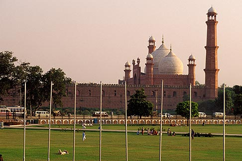 image 4-475-9 Pakistan, Lahore, Badshahi Mosque and city park