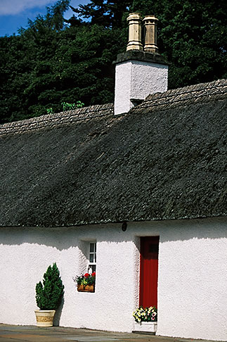 image 1-524-22 Scotland, Angus, Glamis Village