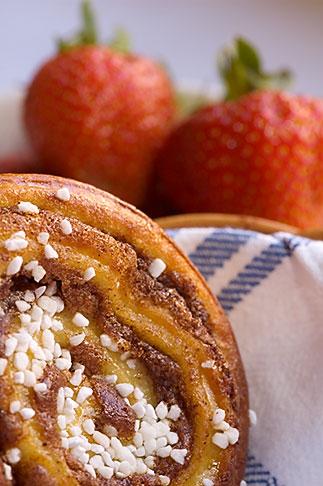image 5-710-2331 Food, Cinnamon bun and strawberries