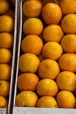 image 8-803-4720 Uruguay, Colonia del Sacramento, Oranges in market stall