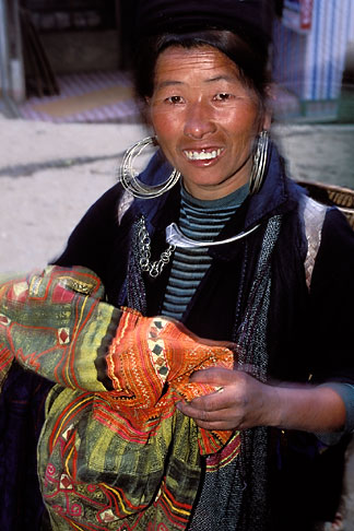 image S3-194-3 Vietnam, Sapa, Hill Tribe Vendor