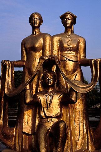 image S3-194-6 Vietnam, Dien Bien Phu, Statue, Cemetery