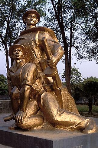image S3-194-7 Vietnam, Dien Bien Phu, Statue, Cemetery