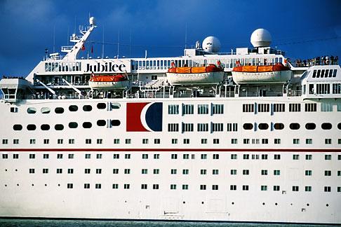 image 4-600-2 Antigua, St Johns, Cruise ship