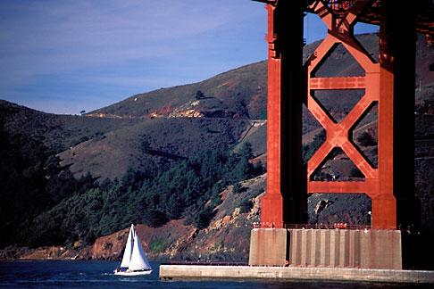 image 0-434-8 California, San Francisco, Golden Gate Bridge with sailboats