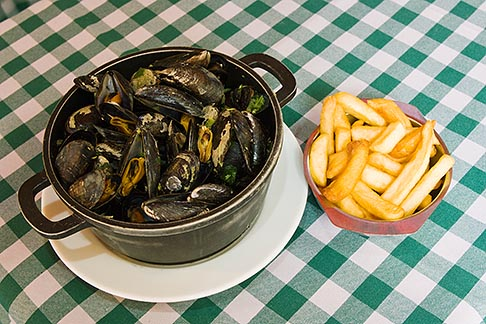 image 8-746-2747 Belgium, Brussels, Mussels and frites, Belgian specialty