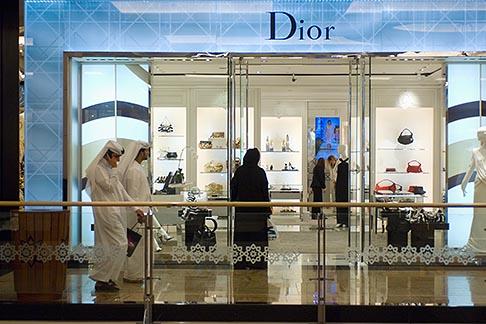 image 8-730-200 United Arab Emirates, Dubai, Customers at boutique, shopping mall