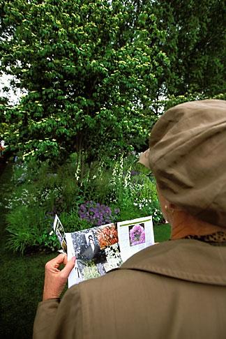 image 3-754-99 England, Chelsea Flower Show, Laurent Perrier Garden, crowd