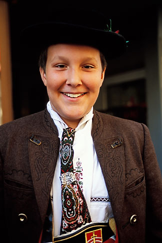 image 3-952-25 Germany, Munich, Oktoberfest, Boy in traditional clothes