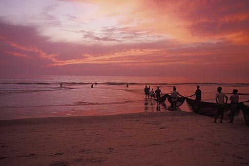 image 0-602-30 India, Goa, Fishermen, Colva Beach