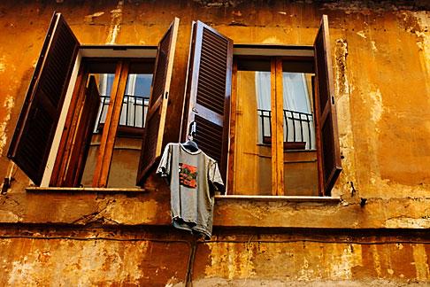 image S4-503-5583 Italy, Rome, Windows and laundry