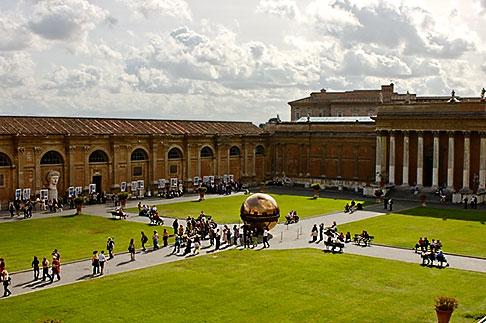 image S4-504-5869 Vatican City, Courtyard