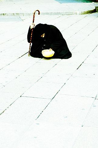image S4-511-7220 Italy, Milan, Beggar