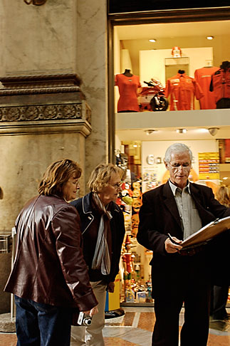 image S4-511-7288 Italy, Milan, Man drawing, Galleria Vittoria Emanuele