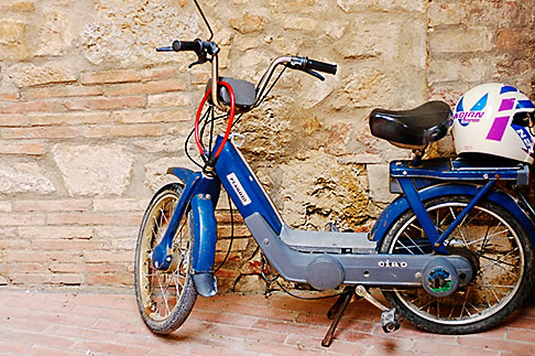 image S4-528-8770 Italy, San Gimignano, Scooter