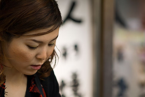 image 5-850-2091 Japan, Tokyo, Asakusa Kannon Temple, Young woman in prayer