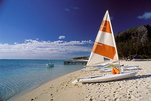 image 9-203-88 Mauritius, Sailboat on beach