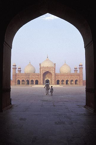 image 4-468-13 Pakistan, Lahore, Archway, early morning, Badshahi Mosque