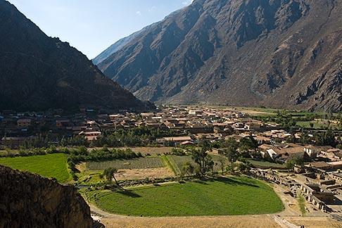 image 8-760-926 Peru, Ollantaytambo, View of town and Urubamba Valley from Ollantaytambo Temple