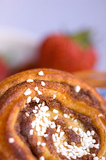 5-710-2326 stock photo of Sweden, Marstrand, Grand Hotel, Cinnamon bun and strawberries