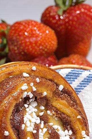 image 5-710-2338 Food, Cinnamon bun and strawberries