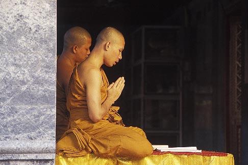 image 0-361-13 Thailand, Chiang Mai, Monks praying, Wat Phra That Doi Suthep