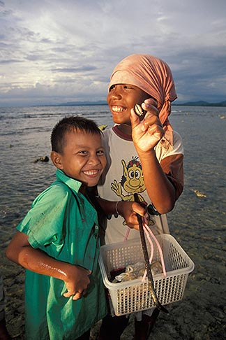 image 7-523-34 Thailand, Phuket, Children collecting mussels, Nai Yang Beach