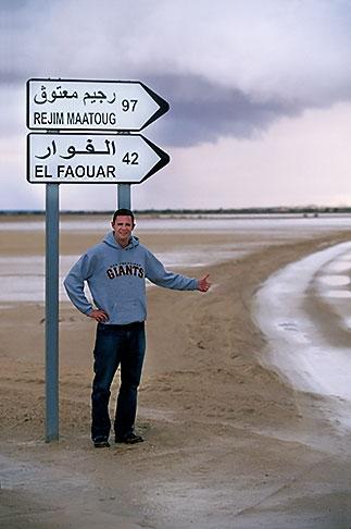 image 3-1100-18 Tunisia, Hitchhiking in the desert